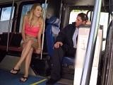 Cuando el conductor de autobús se queda solo, ella le chupa la polla - Amateur