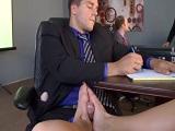 Resulta que su secretaria es una experta en hacer pajas con los pies - Maduras