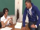 La profesora mira con mucho deseo a este joven alumno - Pornhub
