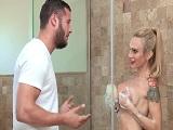 El jardinero me ve desuda y se mete conmigo en la ducha, vaya polvo! - Casadas