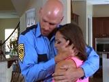 El policía es muy bueno, detiene a mi marido y me folla bien duro - Morenas