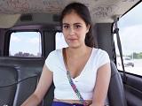 Montamos a esta joven en la furgoneta y nos la follamos! - Morenas