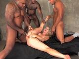 Ashley Fires disfruta de una follada gangbang interracial - Interracial