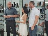 El vendedor de zapatos se folla a esta clienta tan guarra - Morenas