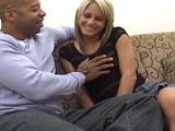 Es su primera experiencia con un negro, que feliz que se la ve.. - Interracial