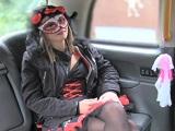 Sexo anal para una chica disfrazada de Halloween en el FakeTaxi - Folladas En El Taxi