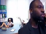 La secretaria con muchas ganas de follar con su jefe negro - Youporn