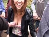 La golfa se pone a comer pollas de desconocidos en publico - Sexo Gratis