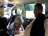 Una mujer recién divorciada se pone a follar con este taxista - Folladas En El Taxi