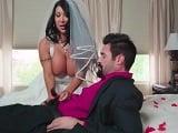 Se va a casar, pero antes se folla a un amigo de su futuro marido - Morenas