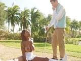 La vecina negra no deja ni jugar al golf, siempre quiere follar conmigo - Negras