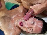 El masajista le folla el culo, le come polla y se corre en su cara !! - Gays