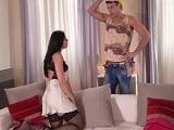 La señora de la casa llega a un acuerdo con este guapo obrero - Sexo Gratis