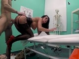 La paciente de tetas operadas acaba follando duro con el doctor - Youporn