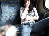 Un desconocido la ofrece dinero por dejarse follar en el tren - XXX