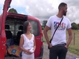Milf asiática se deja follar por un desconocido en mitad del campo - Maduras