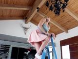 La vecina se sube a la lámpara para limpiar: menudo coño tiene - Sexo Gratis