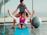 Le ayuda hacer estiramientos de yoga, pero se la quiere follar.. - Sexo Gratis