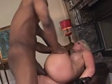 Este negro bien dotado le deja todo el culo roto a la rubia madura - Redtube