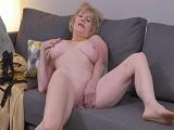Para lo mayor que es la señora y como se masturba en el sofá - Amas De Casa