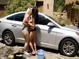 Primero le limpiáis el coche, luego si eso ya follamos los tres.. - Trios
