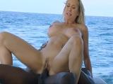 Brandi Love gozando de una buena polla negra en alta mar - Xvideos