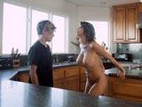 La madre de mi novia se me pone delante desnuda: qué tetazas! - Porno Gratis