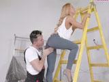 El pintor se aprovecha de lo salida que está la señora de la casa - Casadas