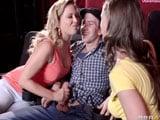 Madre e hija se pelean por la polla del novio en un cine porno - XXX