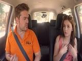 La jovencita se la chupa al examinador del carnet de conducir.. - Youporn