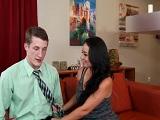 Holly West pone nervioso a su jefe y no es para menos, que madura.. - Casadas