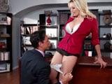 La jefa le dice al contable que le baje el tanga y la folle - Videos Porno