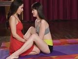 La clase de yoga entre hermanas termina con ellas dos desnudas.. - Lesbianas