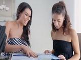 La profesora de repaso es muy amable, me ayuda en todo.. - Lesbianas