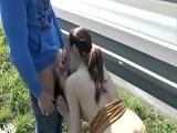 Pareja follando duramente en medio de la autopista alemana - Amateur