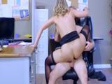 Cabalgando las pollas de los jefes: asi pretende progresar en el trabajo - Videos Porno