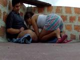 Latina cerda sube a la azotea a hacer la colada y se folla al veicno - Latinas