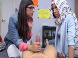 Mia Khalifa le enseña a una amiga a pajear pollas con la mano y la boca - Pajas