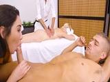 Mi mujer recibe un masaje pero es que yo recibo una mamada.. - Pornhub