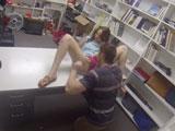 Vendedora de coño peludo se folla a un cliente en la trastienda - Amateur