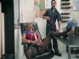 Tegan James calienta con un orgasmo al chico de la limpieza.. - XXX