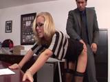La zorra de la secretaria le pone el culo al jefe para que la folle - Porno Gratis