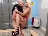 Sexo bien duro antes del partido con la directora del centro - Videos Porno
