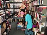 Hacen los guarros y se ponen a follar en la biblioteca.. - Pornhub