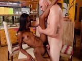 La camarera no se corta un pelo, follando con un cliente! - Videos Porno