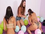 Explotando globos con sus culos en una fiesta y recibiendo pollas - Tetonas