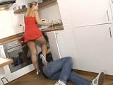 El fontanero pervertido le mira las nalgas y el coño a la señora - Rubias
