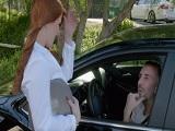 La jovencita Penny Pax tontea con un chico dentro del coche.. - Pelirrojas