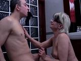 Follando a pelo y con su madre madura en el cuarto de baño - Amateur