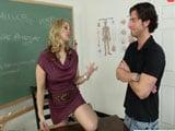 Parece que la profesora madura quiere follarse a su alumno … - Porno Gratis
